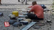 Baterisiz bateri gösterisi yapan sokak sanatçısı