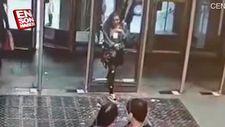 Dikkatsiz kız cama tosladı
