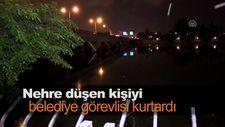 Nehre düşen kişiyi belediye görevlisi kurtardı