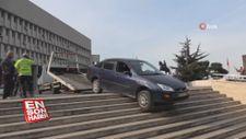 Sürücü yolu şaşırınca otomobil merdivende asılı kaldı