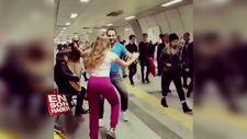 İstanbul Metrosunda müzik yapan insanlara danslarıyla eşlik eden çift