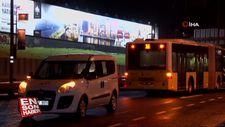 Metrobüs yoluna giren şahsa, metrobüs çarptı: 1 yaralı