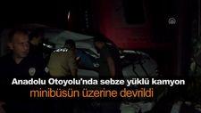 Anadolu Otoyolu'nda sebze yüklü kamyon minibüsün üzerine devrildi