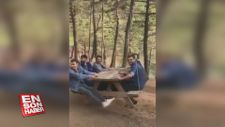 Piknik masasından gondol yaparak eğlenen gençler