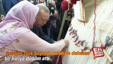 Erdoğan, Türk bayrağı motifiyle dokunan bir halıya düğüm attı