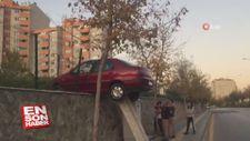 Freni boşalan otomobil duvarda asılı kaldı