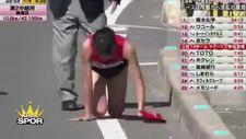 Bacağı kırılan Japon yarışı sürünerek bitirdi
