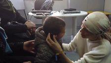 Esma Esad'dan savaş mağduru çocuğa işitme cihazı