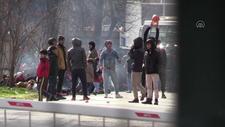 Göçmenler sınır kapısında top oynayarak zaman geçiriyor