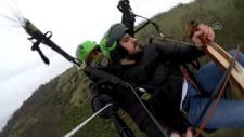 Samsunlu müzisyen yamaç paraşütü yaparken kemençe çaldı