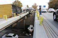 Konya'da tır köprüden aşağı düştü