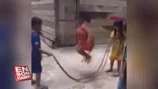 Vietnam'da çocuklar ölü yılanla ip atladı