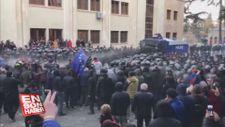 Gürcistan'da parlamentoyu kuşatan göstericilere müdahale