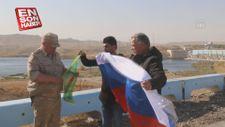 Ruslar YPG paçavrasıyla poz verdi