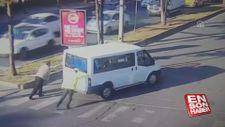 Arızalanan minibüs polisin yardımıyla yol kenarına alındı