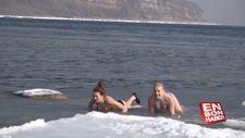 Rus kızları buzlu suda yüzerek mutlu oluyor