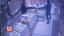 Kuyumcu silahlı soyguncuyu püsküttü