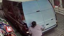 Görme engelli kadına minibüs çarptı