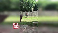 Çit engeline rağmen köpek dostuyla oynayan ufaklık