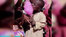 Hayatlarında ilk defa pamuk şekeri yiyen Afrikalı çocuklar