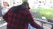 DJ evinin balkonundan dışarı çıkamayan gençler için çaldı