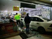 Ankara'da çarpışma sonucunda kontrolünü kaybeden araç dükkana girdi