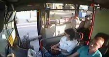 Adana'da yaşlı kadının otobüsten düşme anı