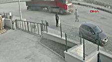 Ankara'da sokak köpeği tırın altında kaldı