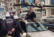 Ankara'da yaşlı adam aracı çekilmesin diye üzerinde oturdu