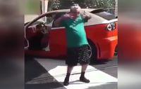 Arabada çalan müzikle coşan yaşlı kadın