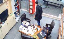 Arnavutköy'de sadaka kutusunu çalan hırsız kamerada