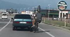 Bursa'da otomobile tutunan bisikletli ölümden döndü