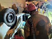İtfaiye ekiplerinin araçta sıkışan kazazedeyi kurtarma çalışmaları