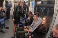 Bacaklarını yayarak oturanları cezalandıran Rus kadın