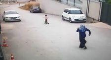 Yokuş aşağı hızlıca giden minik kızın annesi şoka girdi