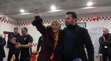 Bülent Uygun Berna Başkan'ı öptü