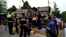 İzmit'te freni boşalan halk otobüsü yol kenarına devrildi