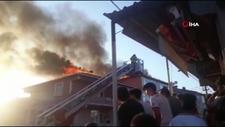 Sultanbeyli'de 2 binanın çatısı alev alev yandı