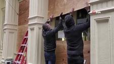 New York'ta mağaza vitrinleri tahta plakalarla kapatıldı