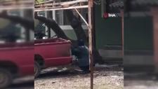 Yaşlı adam kamyonetin arkasına saklandı