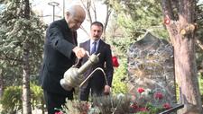 Bahçeli, Merhum Türkeş'in Anıtmezarını ziyaret etti