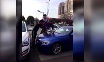 Çin'de yaya geçidi üzerinde duran araçlara verilen tepki