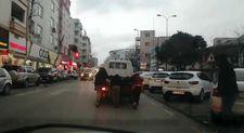 Trafikte kamyonetin kasasına asılan çocuklar