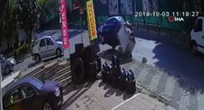 Çöp konteynerine çarpan otomobil takla attı