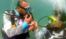 Fethiye'de deniz dibinde nikah kıydırıp halay çeken çift