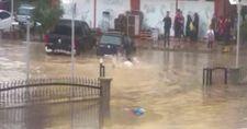 Bilecik'te bir vatandaş biriken yağmur sularında yüzdü