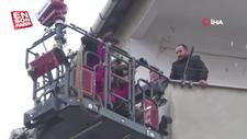 Dumandan kaçıp balkona sığınan aileyi itfaiye kurtardı