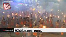 Hindistan'daki Ateş Festivali'nde yanan meşaleler havada uçuştu