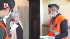 Yardım eden ekipler ile yaşlı kadın arasında yaşanan diyalog