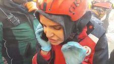 Elazığ'da AFAD görevlisinin enkaz altındaki bir kadınla konuşması